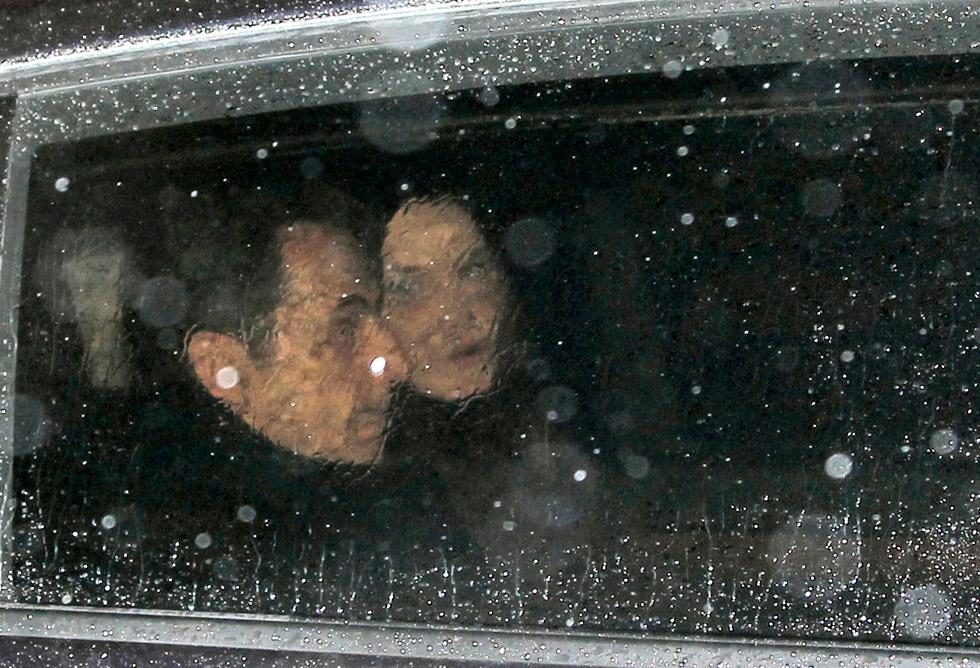 Sarkozy y Bruni, en su vehículo durante la noche electoral